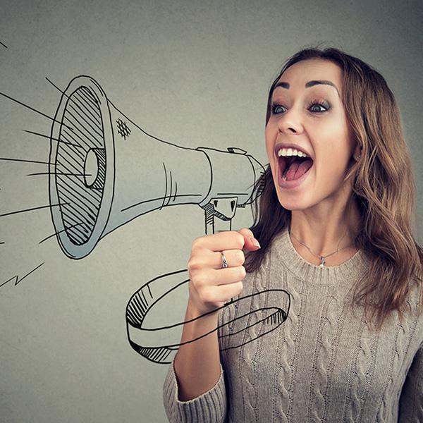 Kobieta krzycząca przez narysowany megafon